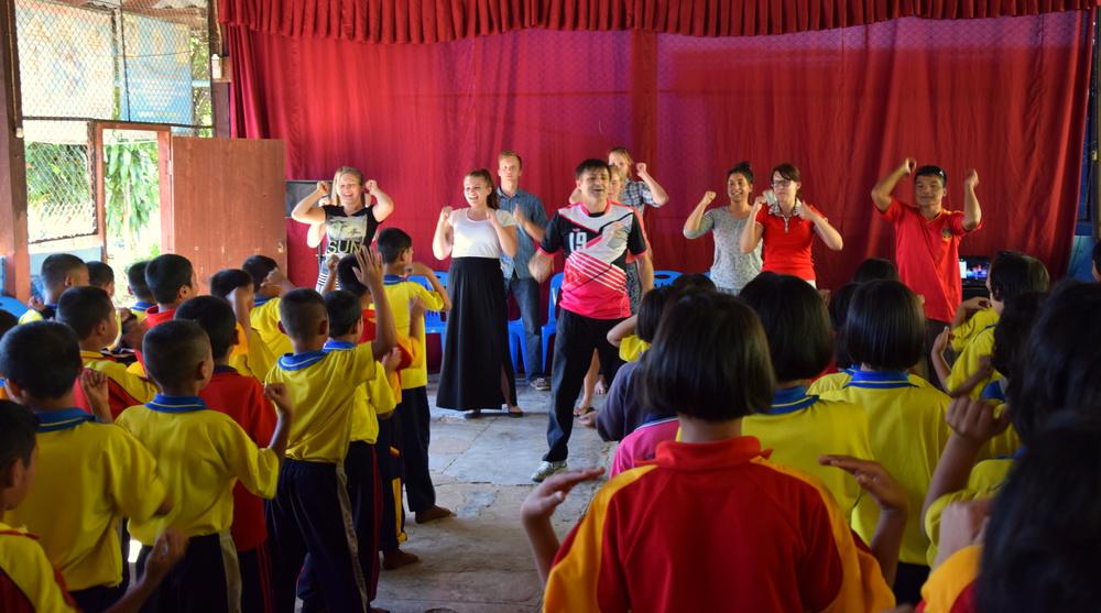 Tässä vedämme Timpan (aussi) ohjaajamme innostamina lapsille laululeikkejä. Oli niin hauskaa että tuli ihan KUUMA huh huh!! Ja, taisi se lämpötilakin olla 30°c paremmalla puolella!:D