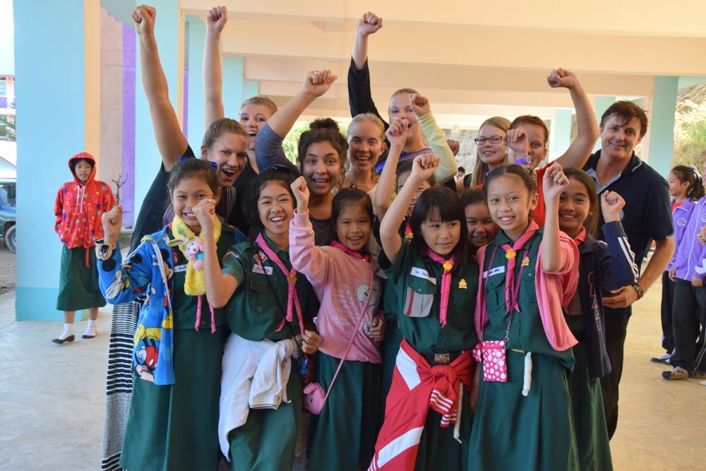 Samaisen miehen johdolla vierailimme kahdessa eri koulussa. Esittelimme itsemme, kerroimme Suomesta, esitimme draamoja ja lauloimme Thaikielisiä lauluja monelle sadalle lapselle ja nuorelle!
