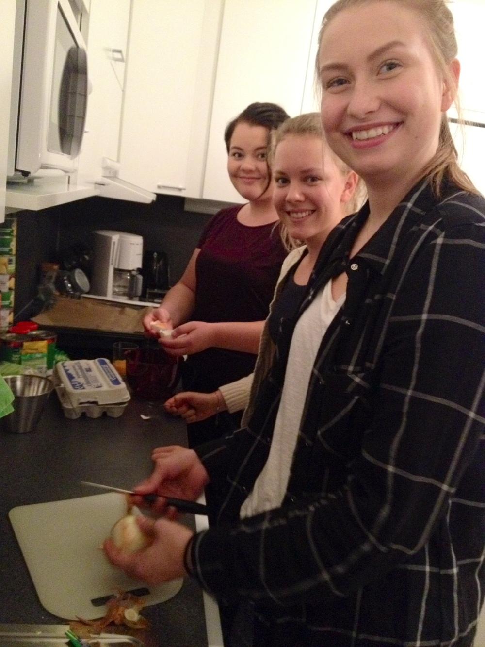 Tytöt kokkaamassa