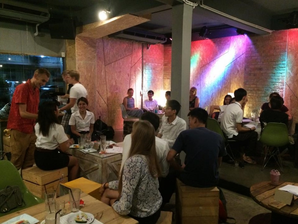 Hengailua thainuorten kanssa Entrance kahvilassa