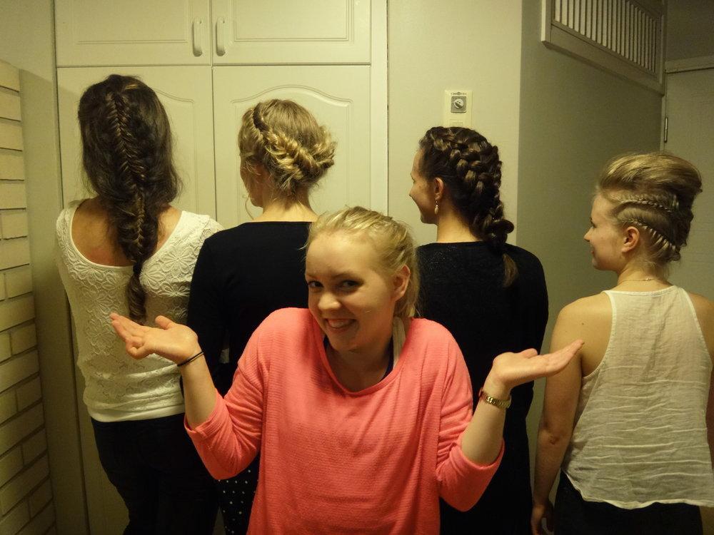 Luokkamme lettitaituri Inan taidonnäytteitä Marikan, Veeran, Saaran ja Eveliinan hiuksissa.