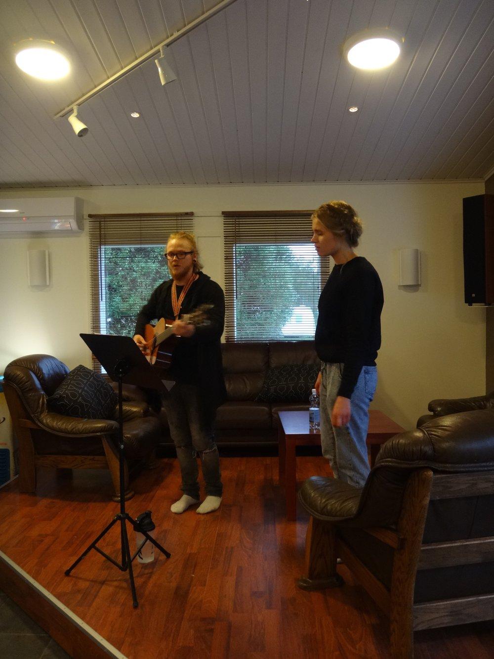 SiCafen avajaisissa tunnelmoitiin Tonin ja Veeran lauluja.