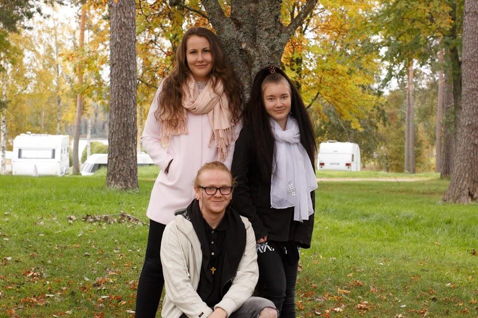 Marika Vihavainen 21v., (vas.), Sanna Nuutinen 19v. (oik.) ja Toni Huosianmaa 21v.