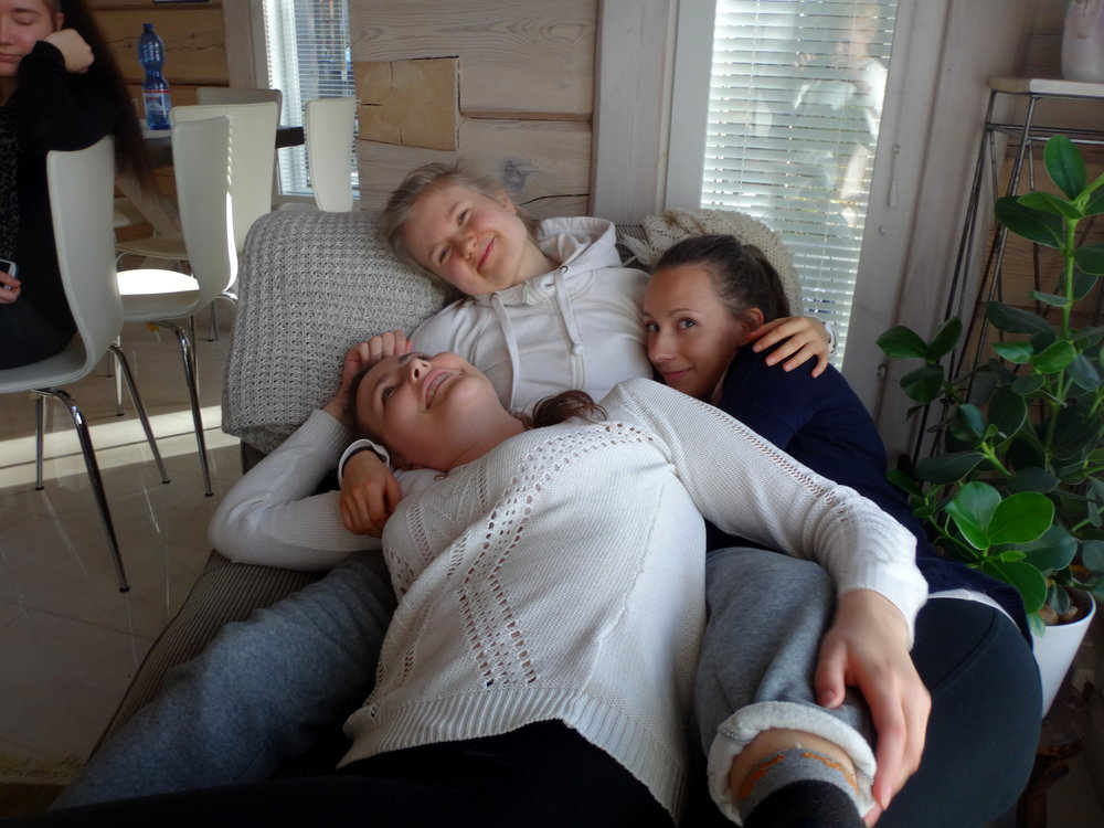 Marika, Eve ja Saara päivälevolla.