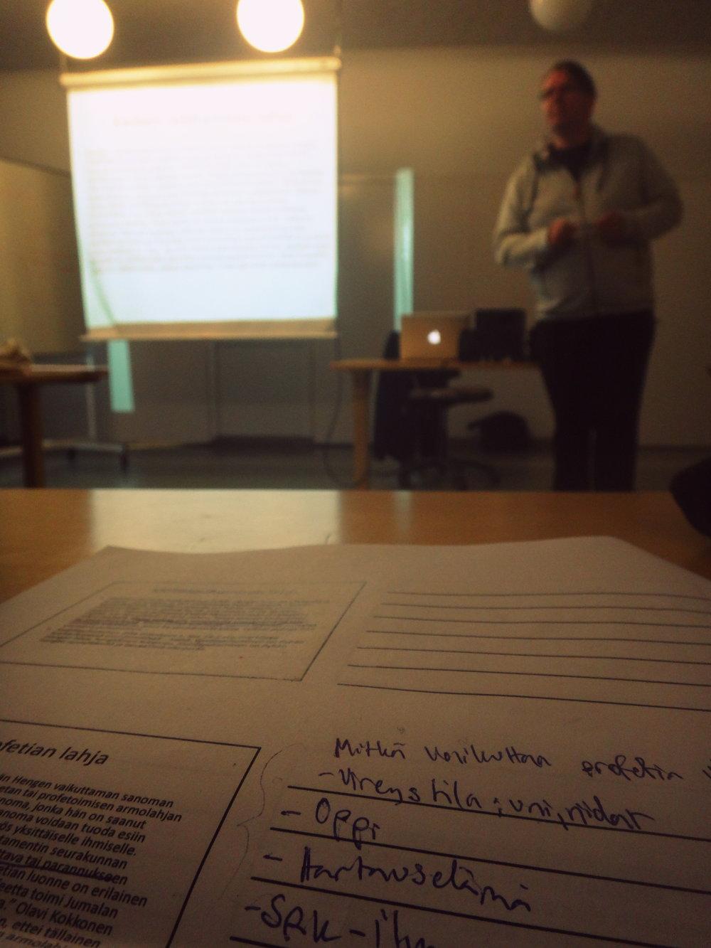 Oppitunti. Tällä kertaa opettajanamme toimi Petteri Arasalo.