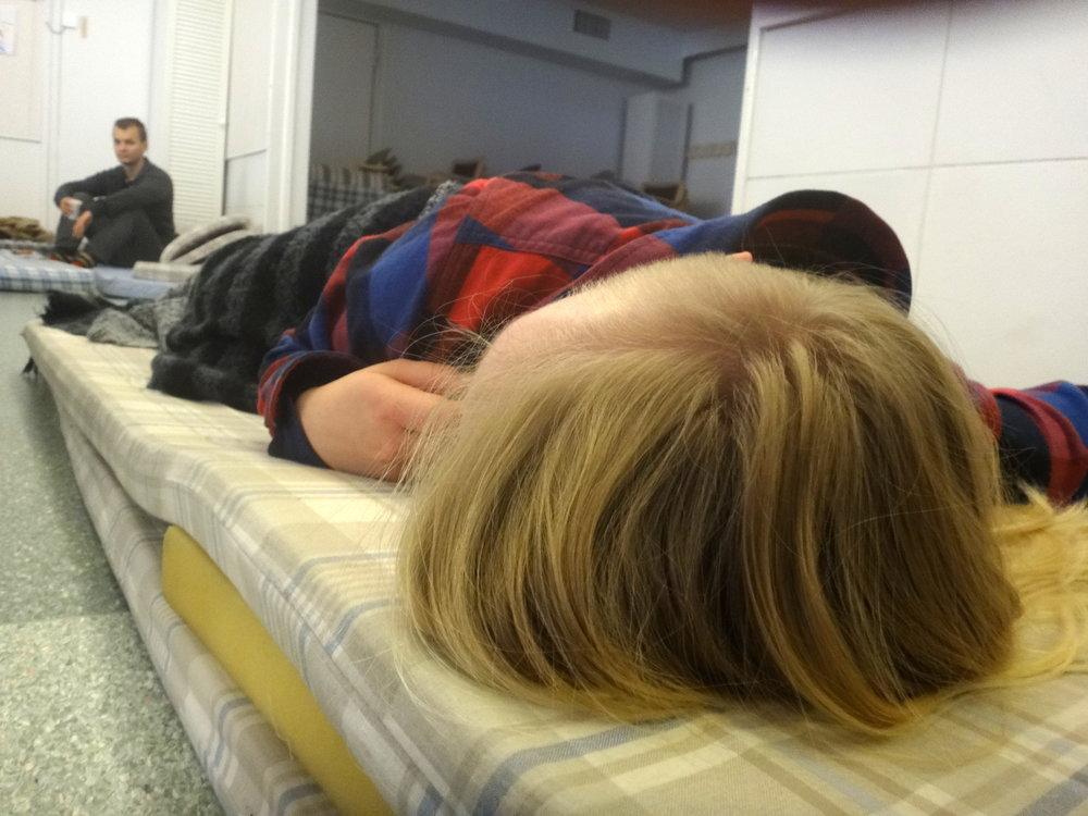 Lepotauko. Välillä opetuslastenkin täytyy levätä. Kuvassa Joona ja Ina.
