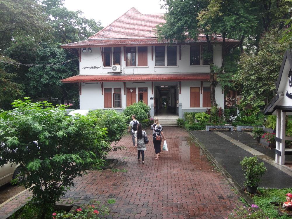 Sanna, Joona ja Jessika pörräämässä ympäri laajaa yliopistoaluetta.