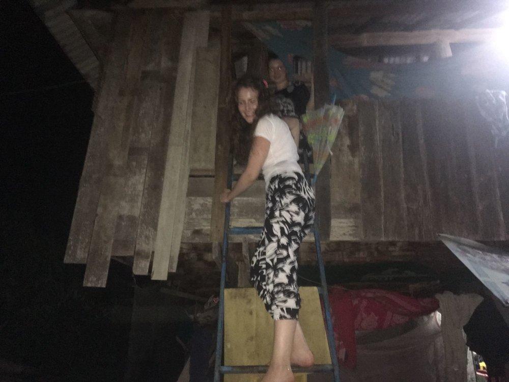 Ensimmäisenä iltana saavuttuamme Chiang Maihin osallistuimme connect groupeihin. Yksi ryhmä pääsi vierailulle kotiin, joka näin suomalaisin silmin muistutti puumajaa mutta jonka tunnelma oli niin lämmin, että sen muisteleminen saa raatusti hymyn kasvoille vielä kylmässä pohjolassakin.