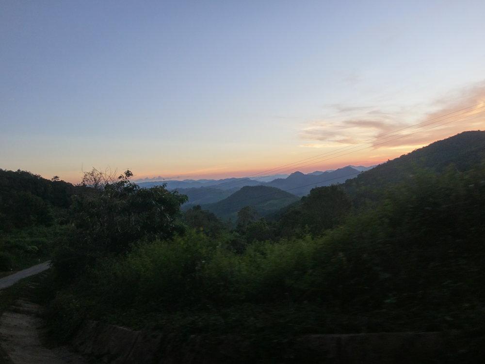 Matkalla vuoristoon saimme ihastella upeita vuoristomaisemia auringonlaskun kera.