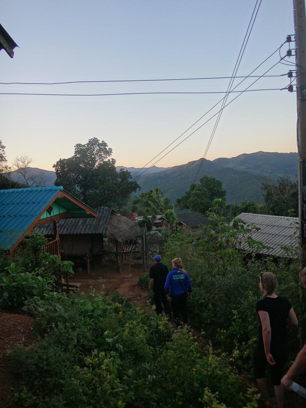 Yksi ilta teimme Timin johdolla rukouskävelyn, jossa tutustuimme paikallisen kylän asukkaisiin.