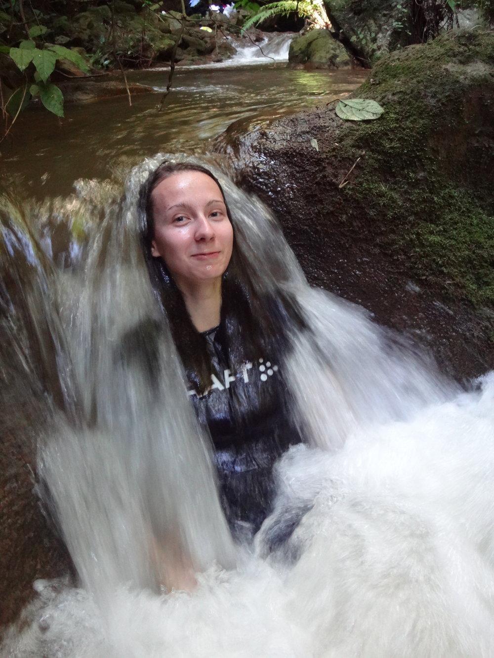 Saara Ve. peseytymässä vesiputouksen alla.