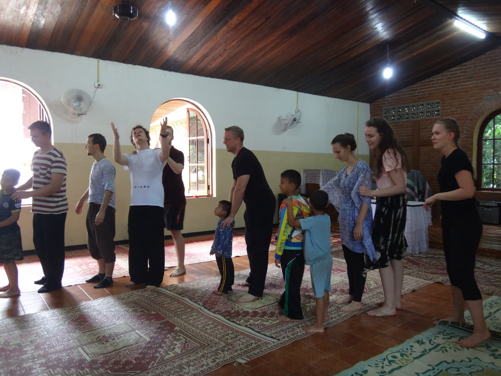 Mae Sariang -kylän kirkon Kids Clubissa leikkimässä. Tommi sai pienen leikkikaverin.