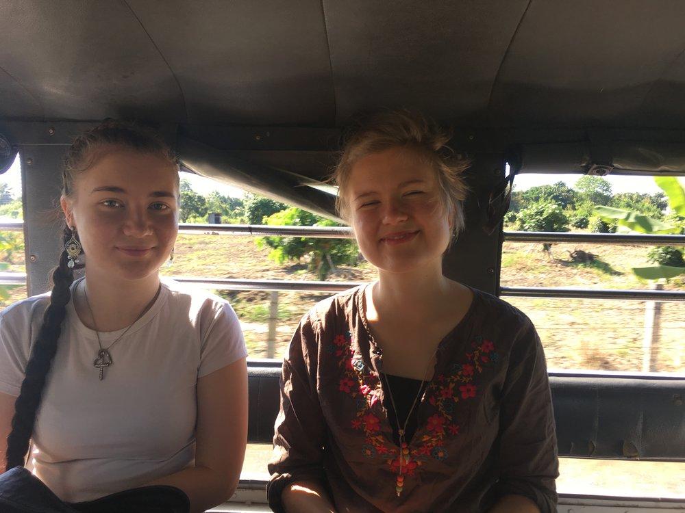 Useampana päivänä kävimme River -tiimiläisten kanssa kotivierailuilla. Kuvassa Sanna ja Eve.
