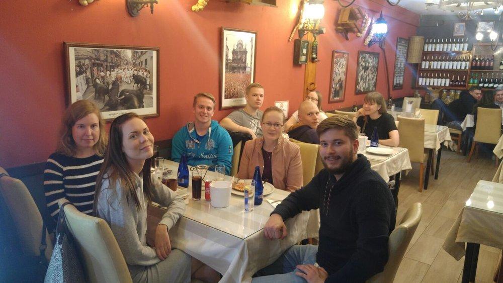 Iltaa viettämässä paikallisessa pizzeriassa.
