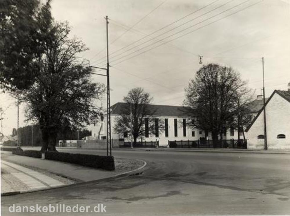 Den franske skole set fra vest med sydfløjen til højre og nordfløjen med Sankt Therese Kirke til venstre. Fotografiet er taget i 1935 af ukendt fotograf.Foto: Lokalhistorisk Arkiv i Gentofte