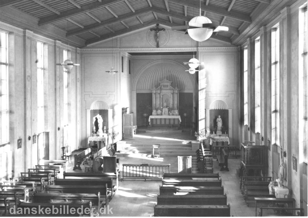 Kirkerummet til den katolske kirke Sankt Therese, som ligger i nordbygningen til den franske skole på Rygaard. Kilde: Danskebilleder.dk. Foto taget i 1935.
