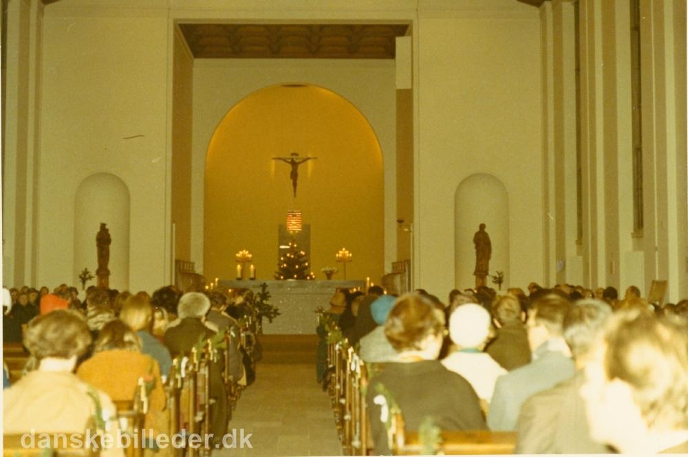 Julekoncert i den katolske Sankt Therese kirke til fordel for kirkens restaurering. Sankt Therese Kirke blev opført i 1935 som en nordfløj til hovedbygningen på den franske skole på Rygaard. Taget december 1970. Kilde:  www.danskebilleder.dk .