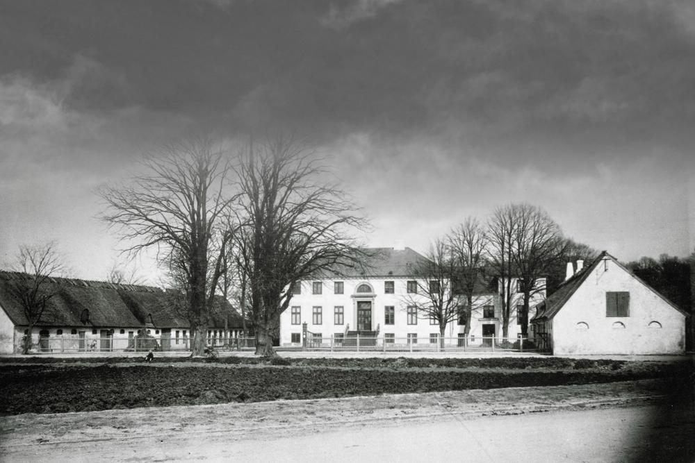 Rygaarden, som den oprindeligt så ud. Hovedbygning findes endnu, men de to længer er blevet erstattet af hhv Sankt Therese Kirke (hovedbygningens højre side) og klasseværelser.