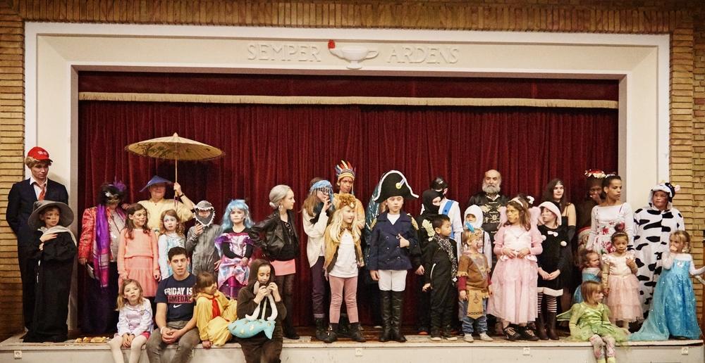 De udklædte børn, unge og voksne under præmieuddelingen for den bedste udklædning i kategorien Børn og Voksne. Tillykke til Anna og Esperance.