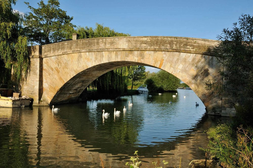 Halfpenny Bridge over the River Thames, Lechlade, England  (Martin Fowler/Shutterstock)
