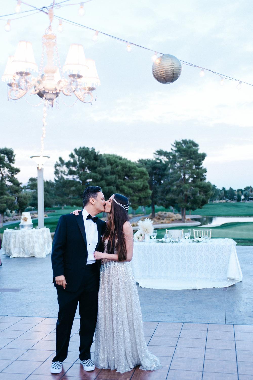 wedding cake, wedding cake details, gold wedding cake,Fall wedding, Newlyweds, bride and groom,Las Vegas Country Club Wedding, Golf course wedding, Las Vegas Wedding, Lifestyle Photography, Sunset wedding, Fall wedding, Flora Pop Wedding,