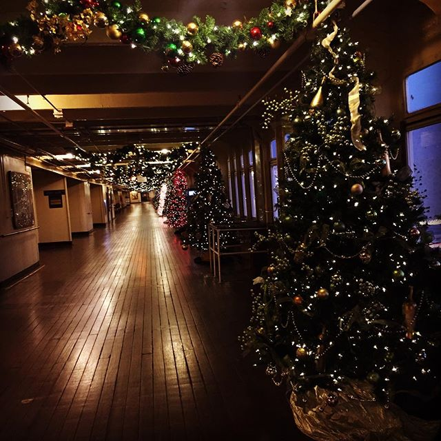 Deck the halls. See what I did there? #queenmarychill2016 #malibuwines #queenmary