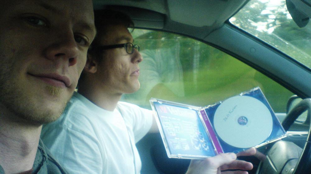 Mathias Eimann (l.) und ich auf dem Weg zum Fusion Festival 2007, wo wir eine der ersten Schnittversionen der Droge vorgestellt hatten. Irgendwo auf der Höhe von Berlin wurde die DVD fertig. Aus dieser Schnittfassung ging dann der Michael Georgi Remix hervor, während in der offiziellen VEB-Version davon nicht viel übrig blieb.