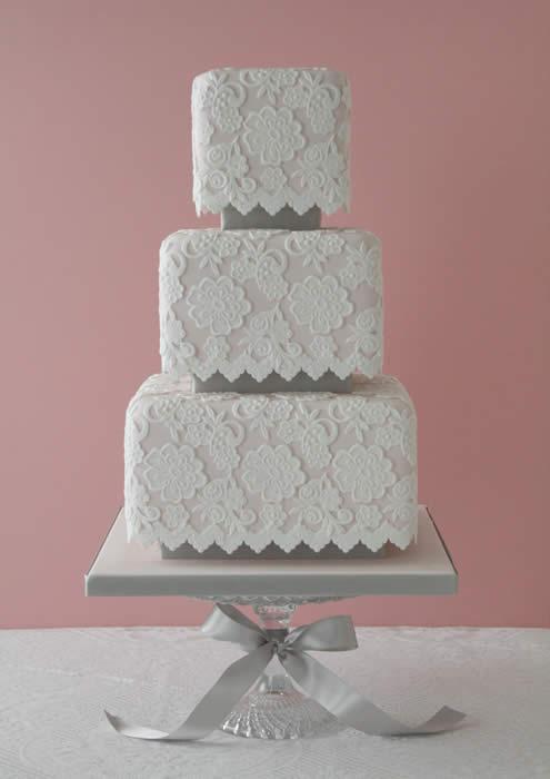 pinkvintagelaceweddingcake.jpg