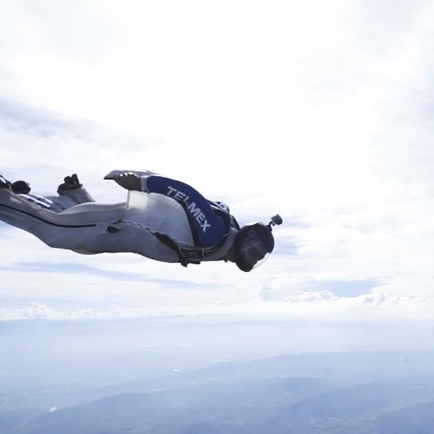 LA NUBE TELMEX   En este proyecto nos propusimos ir mucho más alláde lo que el cliente imaginó. Le propusimos hacer literal la experiencia de LA NUBE TELMEX. Así decidimos rentar un avión, contratar a 6 Wing Suit Flyers y capturar en Realidad Virtual y Cine, la experiencia de vuelo por las nubes a toda velocidad.  1 Virtual Reality, 1 Cineminuto, 1 Promocional, 1 Activación con duración de 1 mes en La Aldea Digital.