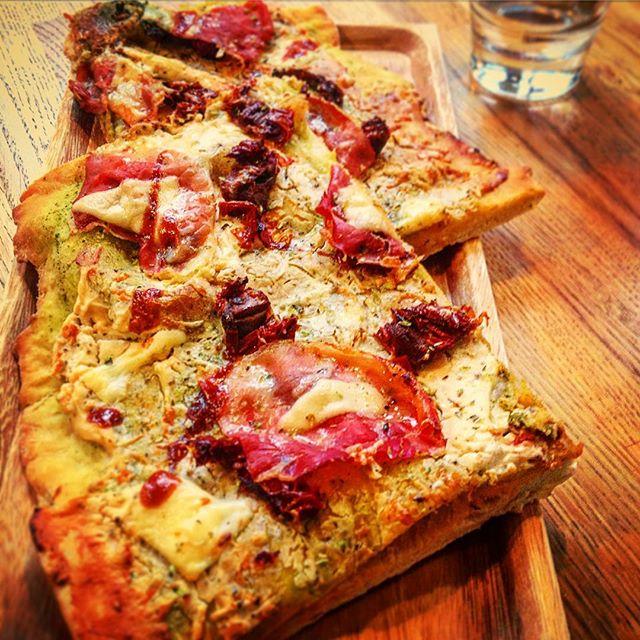 Päivä alkaa pizzalla! Kommentoi mitä makuja haluaisit nähdä valikoimassamme! #pizza #anna22 #cafe #helsinki