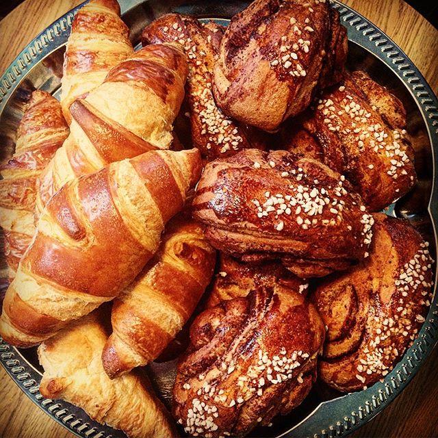 Kumman ottaisit? #anna22 #korvapuusti #helsinki #croissant #kahvila