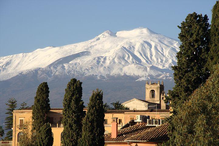 04_Taormina_mit_Blick_auf_Vulkan_Aetna.jpg