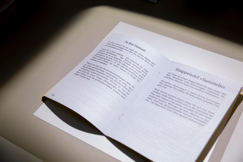 Wichtiger Helfer: das Handbuch (Foto: Joëlle Kost)