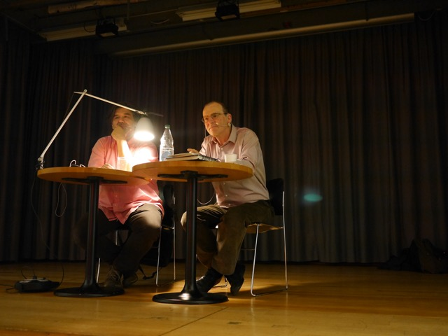Autor Claude Weill (rechts im Bild) mit seinem Vorleser Venus Madrid (Bild: zvg)