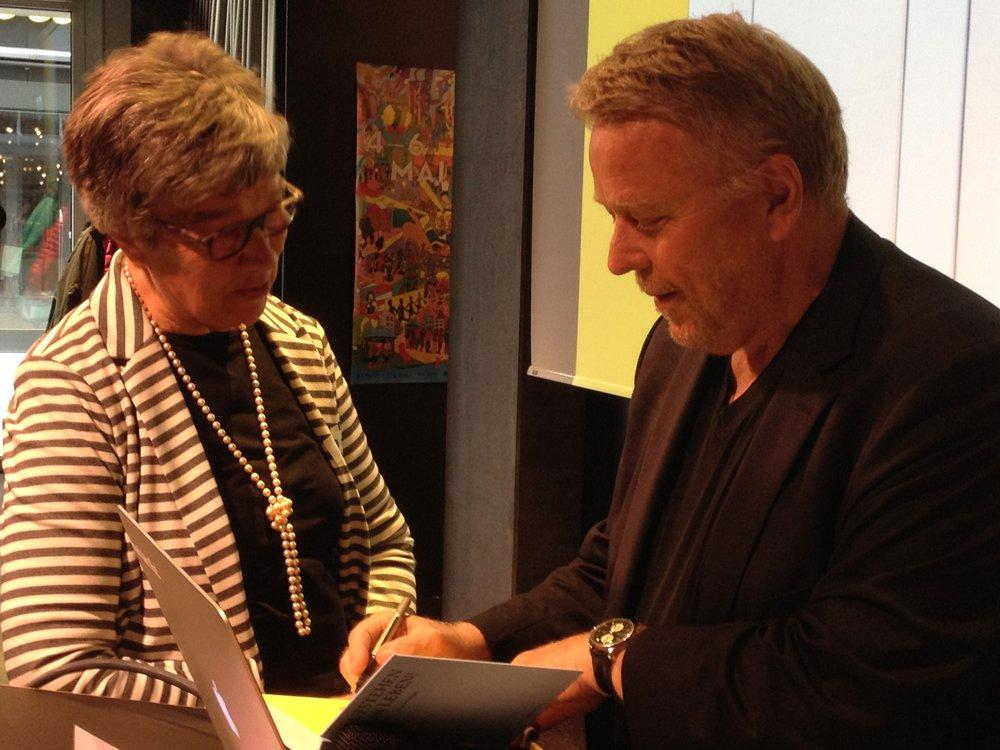 Béatrice Flückiger und Martin Heller bei der Buchübergabe im Mai 2018. (Bilder: zvg)