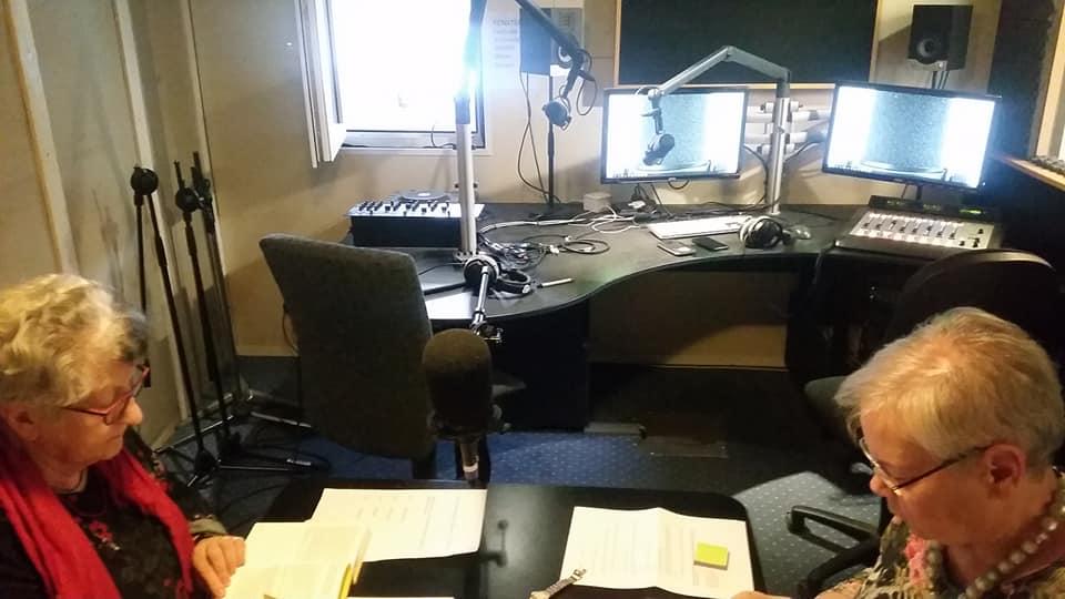 Autorin Hanna Meister und Moderation Christine Kolb bei der Vorbereitung im Radiostudio.
