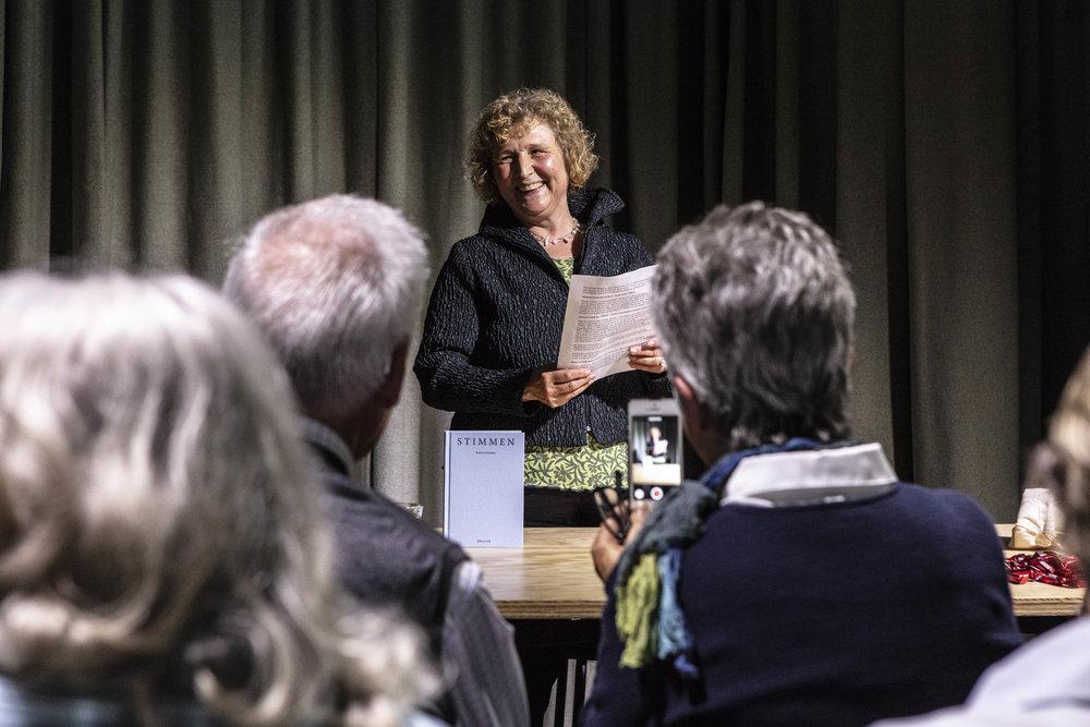 Teilnehmerin Beatrice Portmann bei der Lesung während der Abschlussveranstaltung.