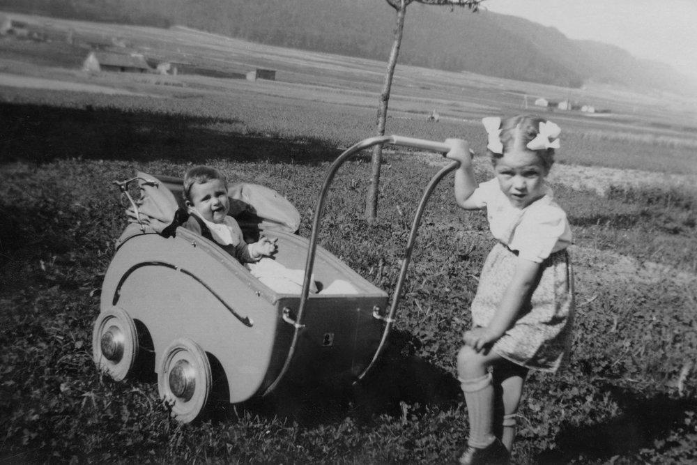 Die Autorin bei einer Ausfahrt mit ihrem Bruder Resli im Sommer 1946 (Foto: zvg.)