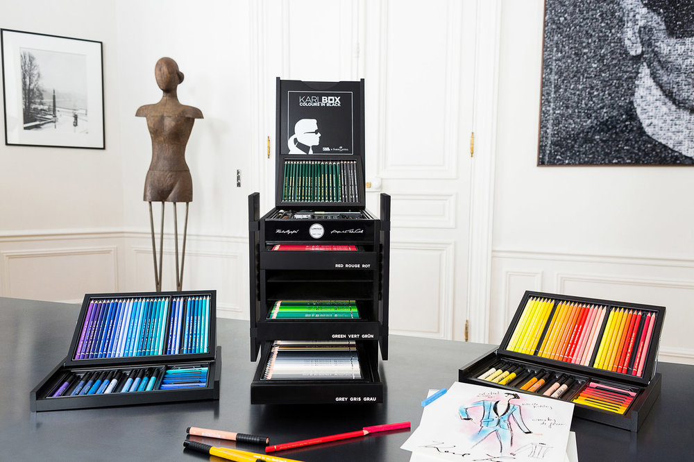 KARL LAGERFELD und  Faber-Castell präsentieren die  KARLBOX – eine exklusive Sammlung erstklassiger Mal- und Zeicheninstrumente in limitierter Auflage. Das 1761 gegründete Familienunternehmen zählt zu den weltweit renommiertesten Herstellern von hochwertigen Schreib- und Zeichengeräten. Die KARLBOX vereint die traditionellen Werte von Faber-Castell mit dem zeitgenössischen, innovativen Geist und Stil von KARL LAGERFELD.