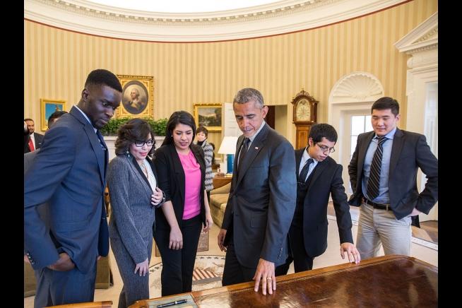 """El presidente Barack Obamamuestra el Escritorio llamado """"Resolute"""" a un grupo de soñadores o DREAMersdespués de su reunión en el Despacho Oval en la que se habló de la forma en que se han beneficiado del programa de Acción Diferida (DACA) -4 de febrero de 2015. (Foto oficial de la Casa Blanca por Pete Souza)"""