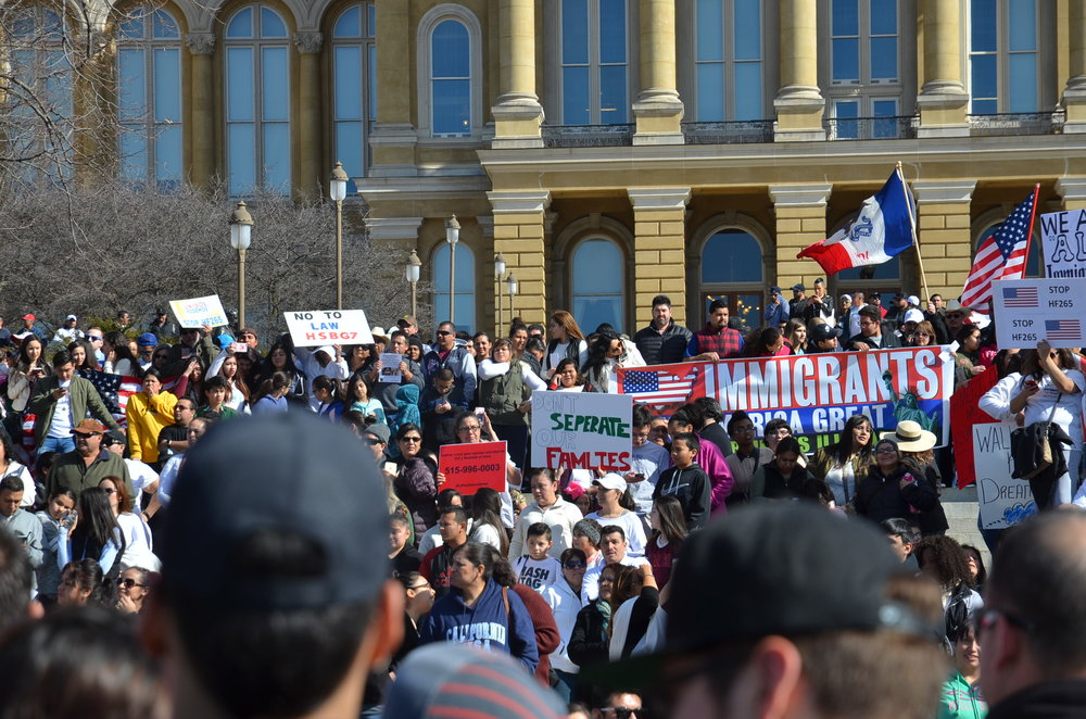 """Marcha del """"Día sin Inmigrantes""""en Des Moines, Iowa."""
