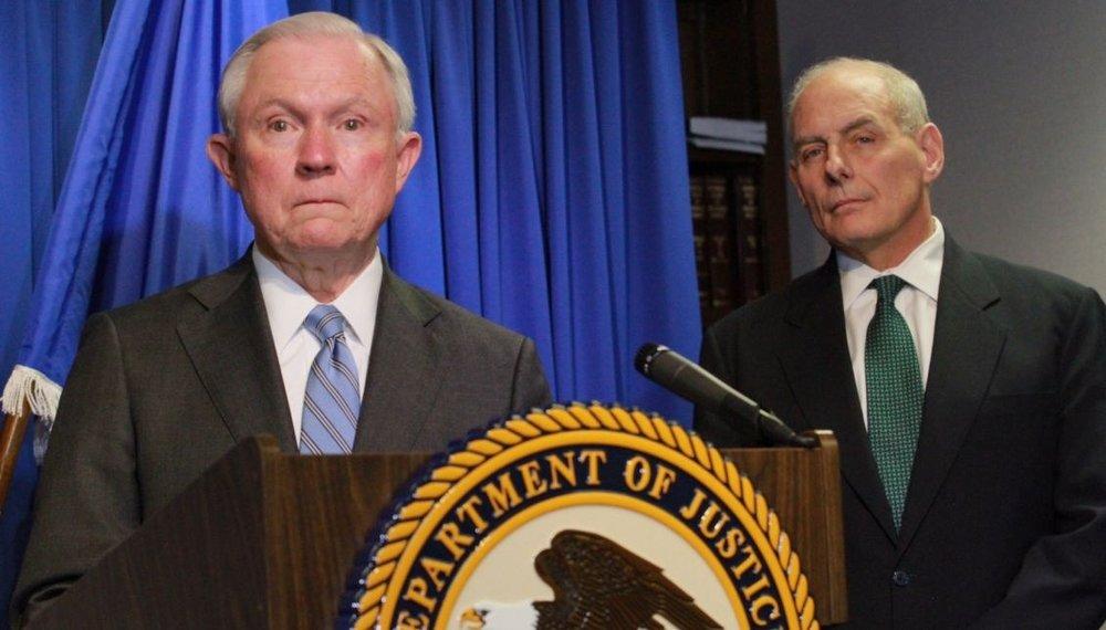 El Fiscal General de los Estados Unidos, Jeff Sessions, habla junto a John Kelly, Secretario de Seguridad Nacional