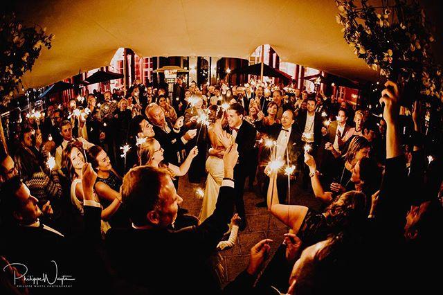 The first dance, the romantic tradition that opens the party 😊 #firstdance #openingsdans #fireworks #huwelijk #verloofd #huwelijksfotograaf #weddingphotographer #weddingphotography #destinationwedding #destinationweddingphotographer #couple #weddingdress #weddingring #sayyes #bruidsmagazine #weddingring #kiss #happiness #love #happywedding #weddingrings #white #bruid #bride #broom #huwelijksreportage
