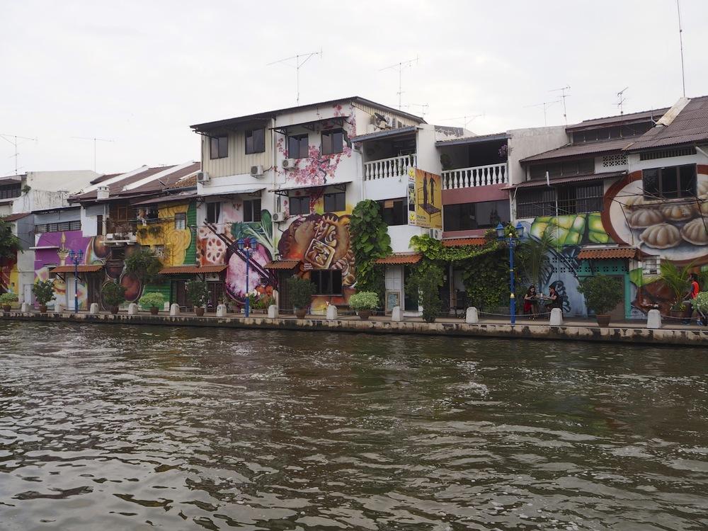 Casas pintadas al borde del río, uno de esos es nuestro hostal