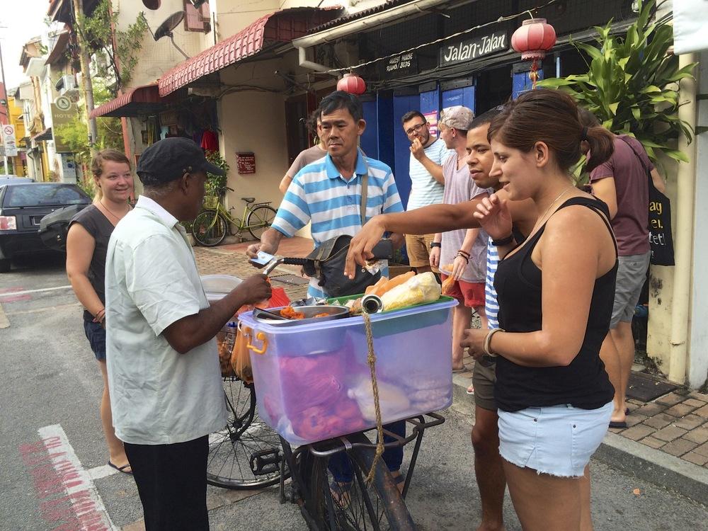 Vendedor en bicileta de comida hindú, riquísima