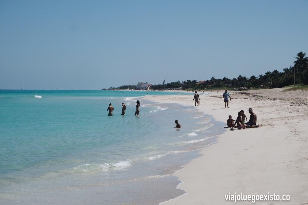 Playa de Varadero en la zona local, con los resorts al fondo.