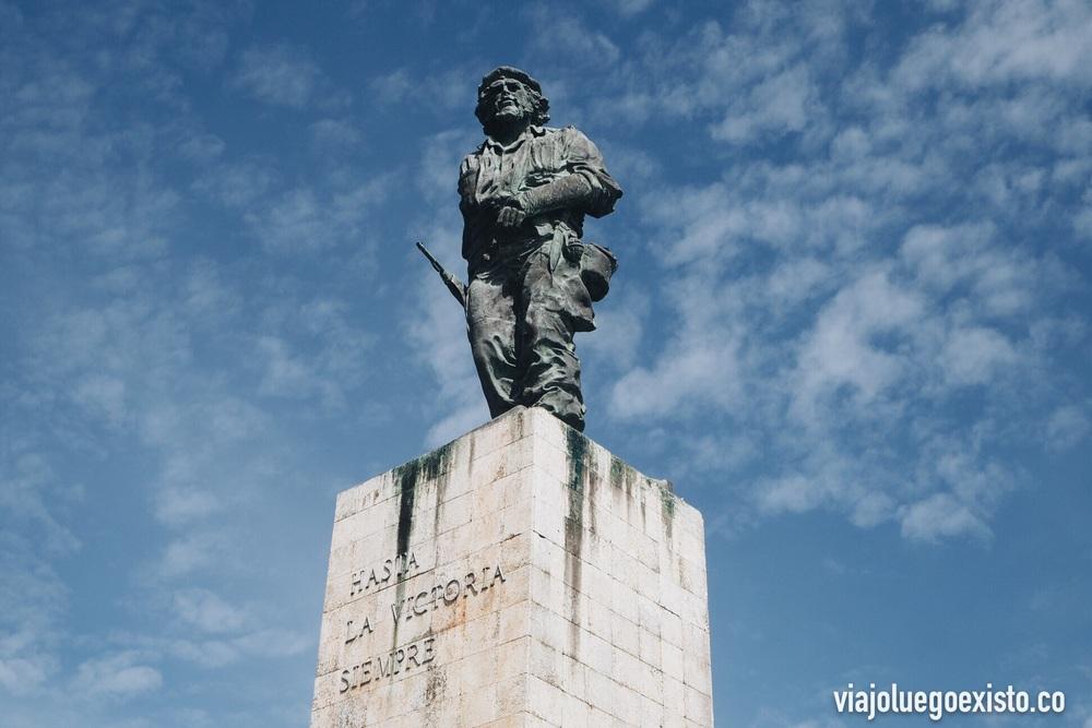 """Estatua del Che con el mítico mensaje """"Hasta la victoria siempre""""."""