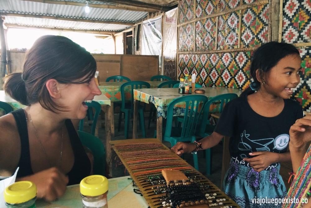 Niños vendiendo pulseras en warungs
