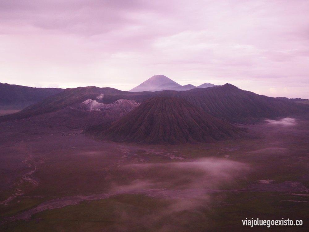 Amaneciendo con vistas al Mar de arena de Tengger,el monte Bromo a la izquierda, a la derecha el monte Batok, y de fondo el monte Semeru.