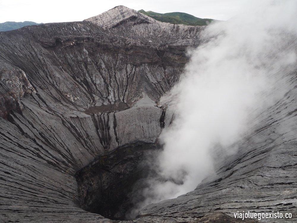 Cráter humeante del monte Bromo